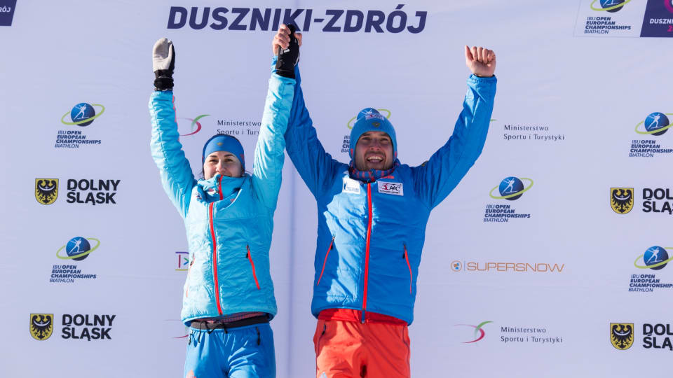 Russia's Daria Virolaynen (l) and Evgeniy Garanichev after winning Sunday's single mixed relay at the 2017 Open European Championships in Duszniki-Zdrój, Poland. (Photo: IBU)